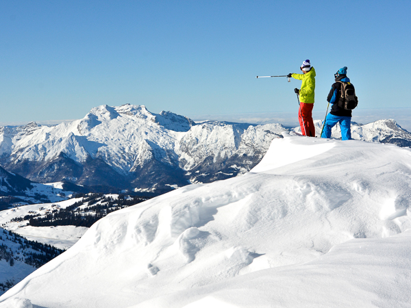 Blue sky Alping skiing