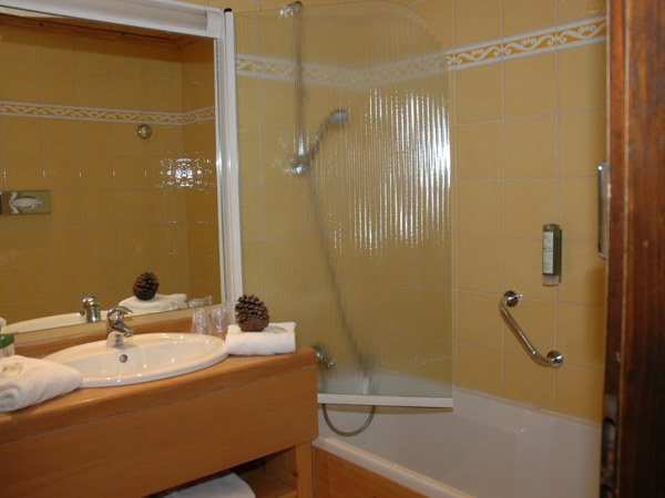 Hotel Chemenaz ensuite bathroom