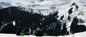2 snowboarders on snowy mountain in Samoens