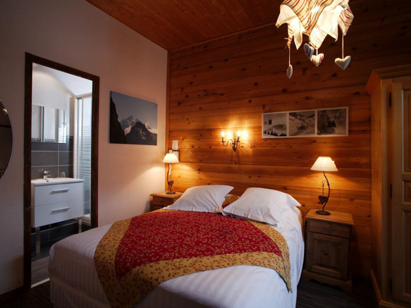 mountain style bedroom at Hotel la Pointe Percee